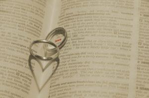 結婚指輪と婚約指輪の違いって何?