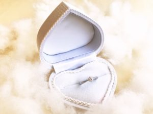 結婚指輪は宝石によってどれくらい値段が変わる?